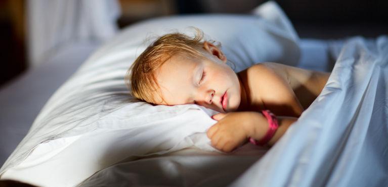 ребенок спит на подушке один
