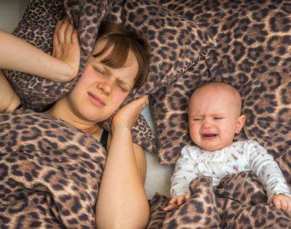 уставшая мама с плачущим ребенком