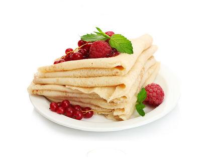 блины на тарелке с ягодами