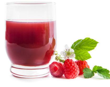 кисель в стакане со свежей малиной