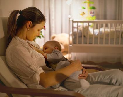мама кормит грудью ребенка ночью