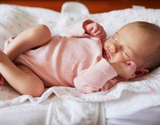 новорожденный спит в одежде
