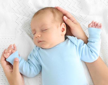 ребенок спит с мамиными руками