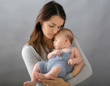 ребенок на руках у мамы спит
