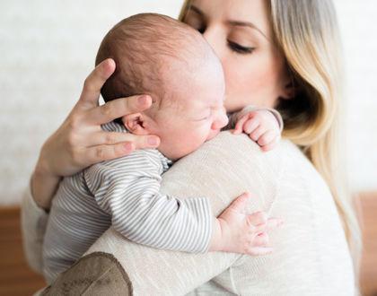 новорожденный плачет на руках у мамы