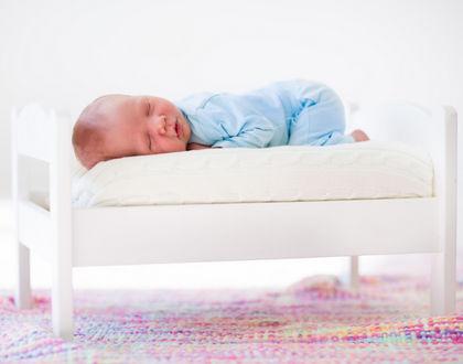 ребенок спит на животе в кроватке