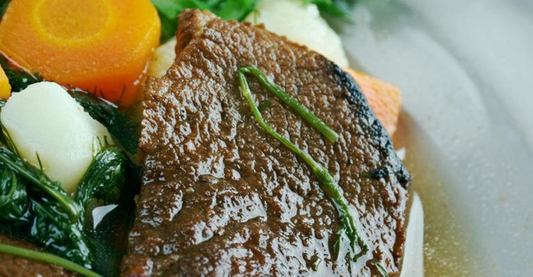 кусок мяса с овощами