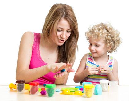 мама с ребенком лепят из пластилина и улыбаются