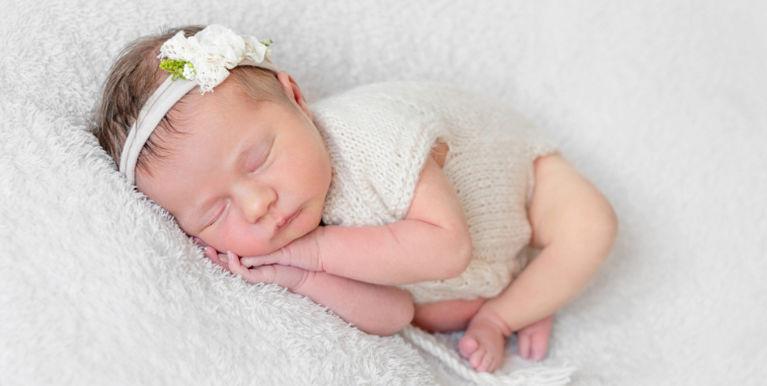 новорожденный спит с повязкой на голове