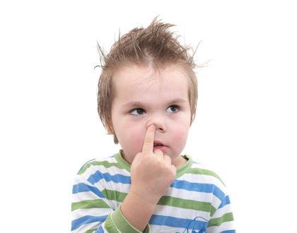 ребенок ковыряет в носу и смотрит с сторону