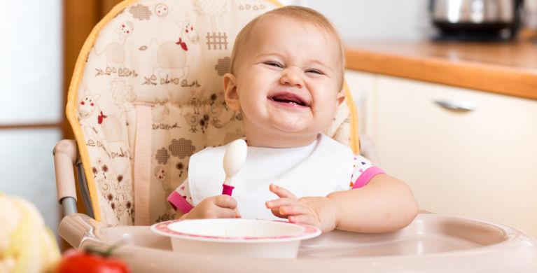 ребенок кушает и улыбается