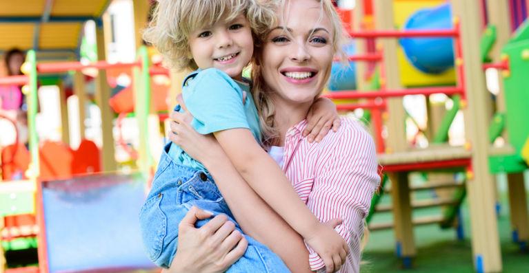 мама с ребенком на руках улыбаются