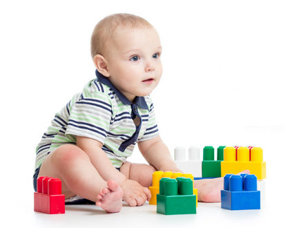 ребенок с конструктором сидит