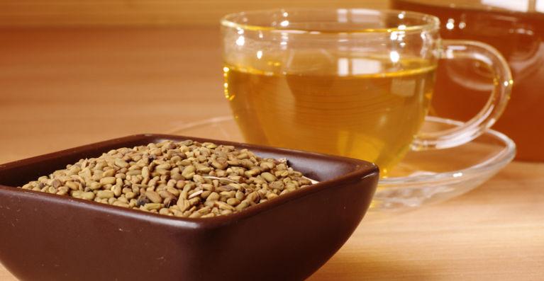 семена пажитника и чашка травяного чая