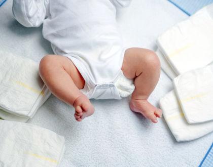 новорожденный на пеленальном столе