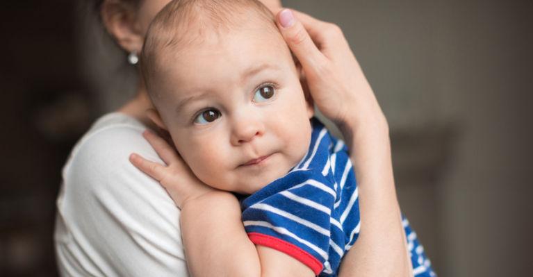 ребенок на руках к мамы прижался