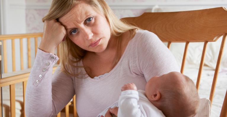 уставшая мама с ребенком на руках