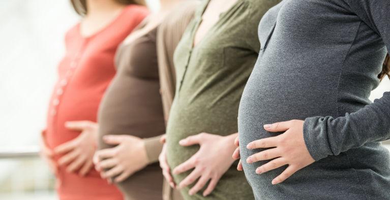 беременные держатся за животы