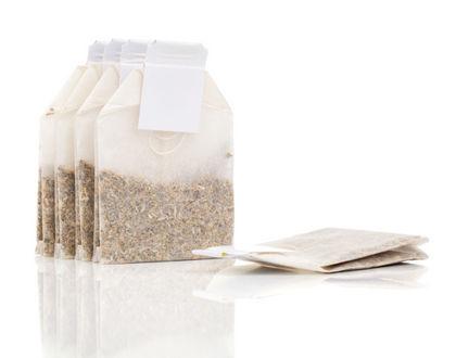 чай в пакетиках на белом фоне