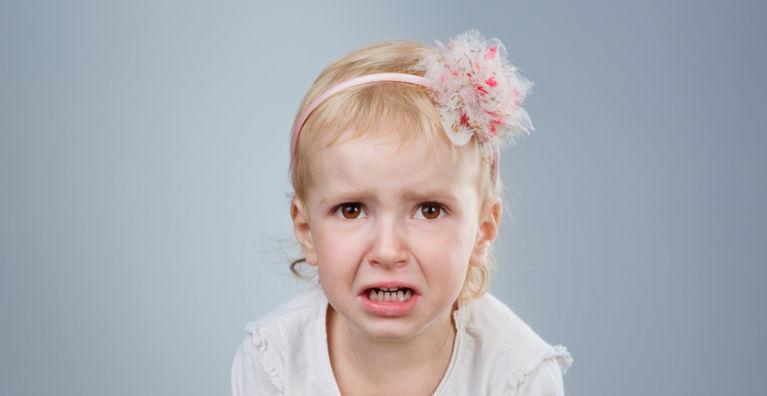 ребенок плачет на голубом фоне