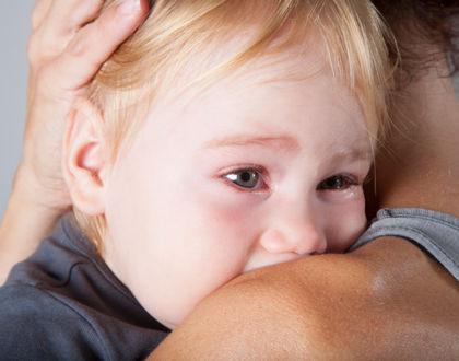 ребенок прижался к маме и плачет