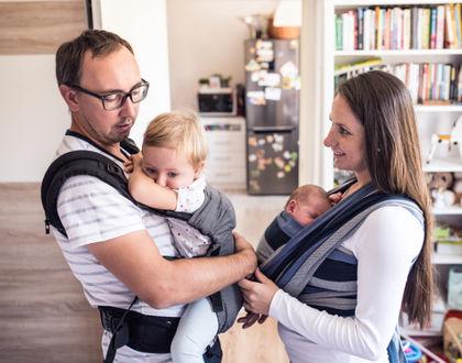 дети в слингах у родителей