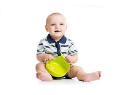 ребенок с тарелкой в форме лягушки