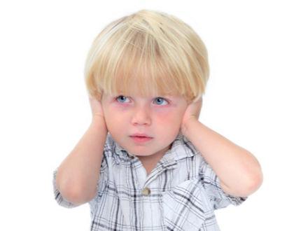 ребенок закрыл уши руками