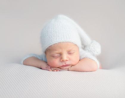 ребенок спит в шапке на животе
