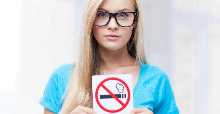 женщина с запрещающим знаком не курить