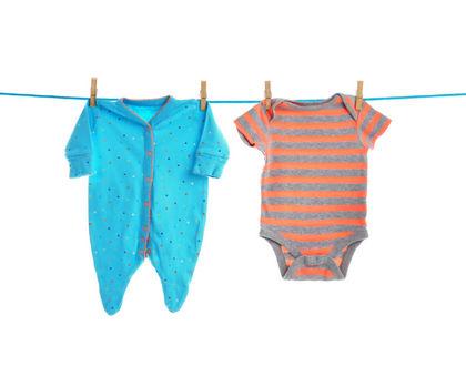 детская одежда висит на веревке
