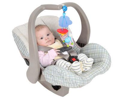 ребенок в автокресле с игрушкой