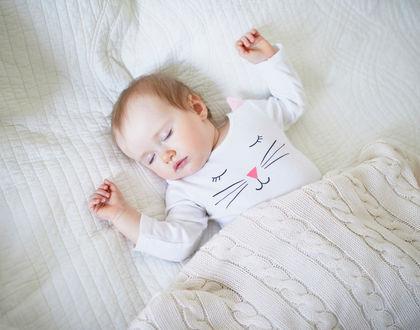 ребенок спит под пледом