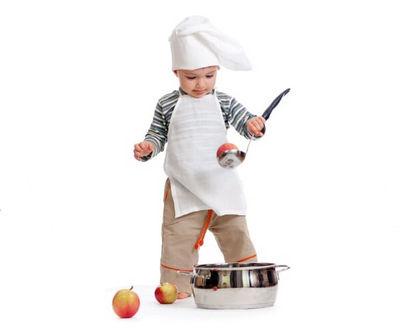 ребенок в колпаке с поварешкой и кастрюлей