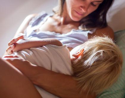 мама кормит грудью в постели
