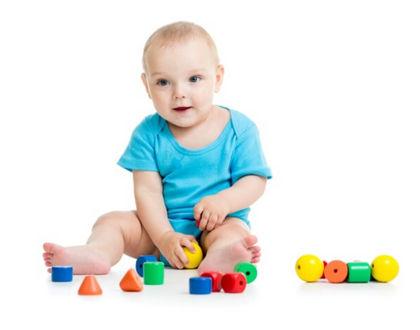 ребенок сидит на полу с игрушками