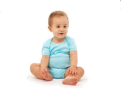 ребенок сидит и трогает ножки