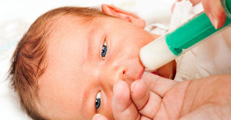 кормление новорожденного из шприца