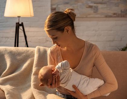 мама утешает ребенка на руках