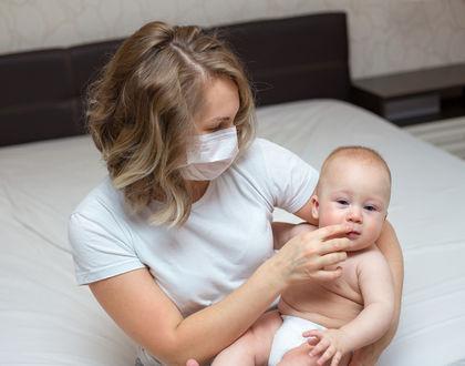 мама в медицинской маске с ребенком