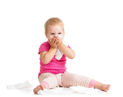 ребенок сморкается сидя на полу