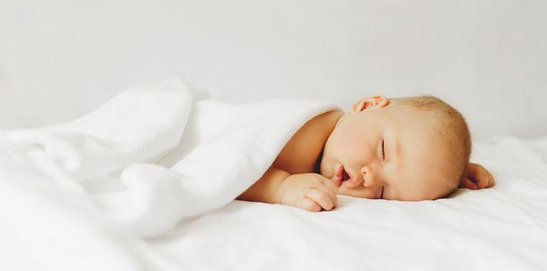 ребенок спит под одеялом