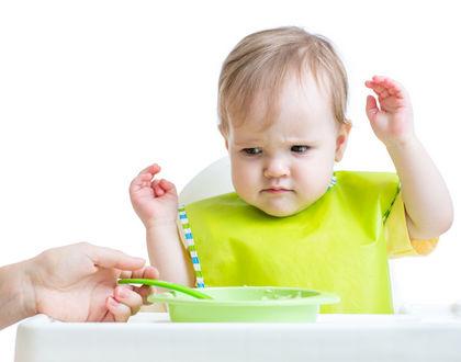 ребенок не хочет кушать и смотрит на тарелку