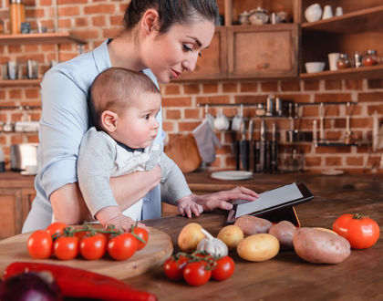 мама с ребенком у стола с продуктами