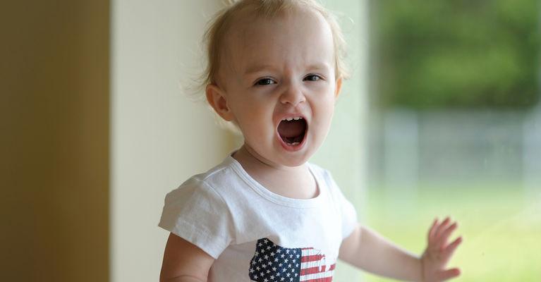 ребенок кричит около окна