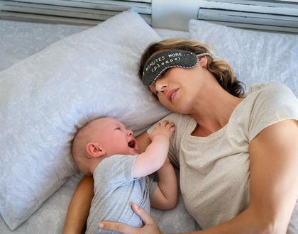 малыш плачет на кровати