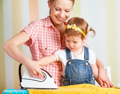 мама гладит с ребенком