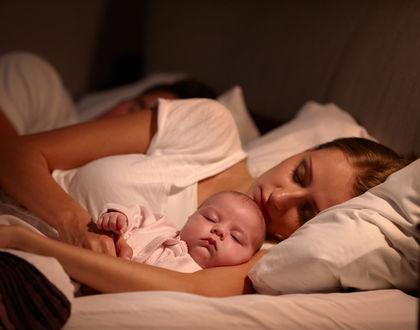мама с ребенком спит ночью
