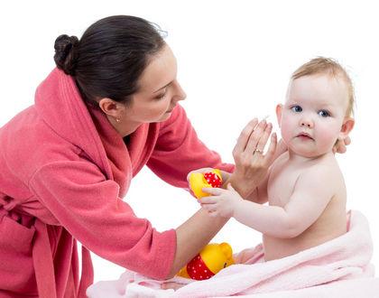 мама чистит уши ребенку