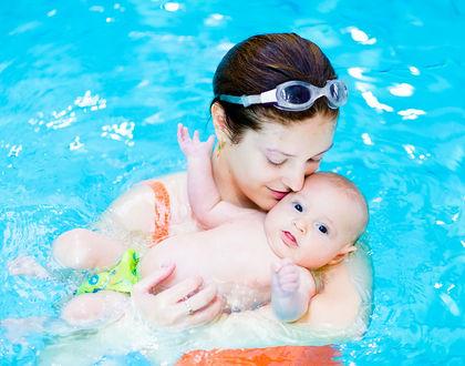 мама с грудничком в бассейне